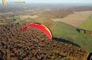 Paramoteur rouge paysage d'automne en Ile-de-France