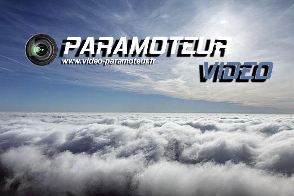 Vol paramoteur au dessus de nuages