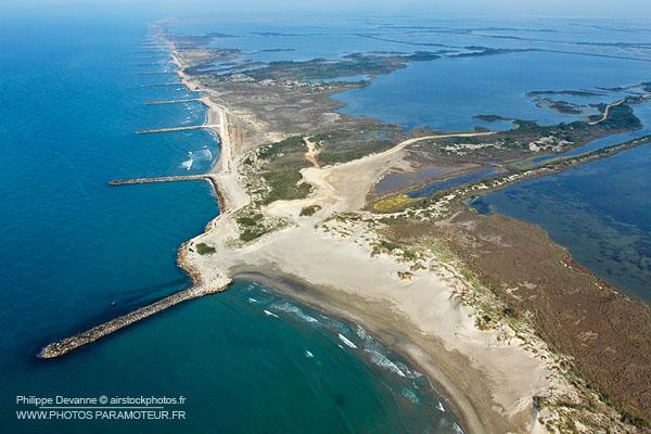 Photo aérienne des digues et étangs de Camargue
