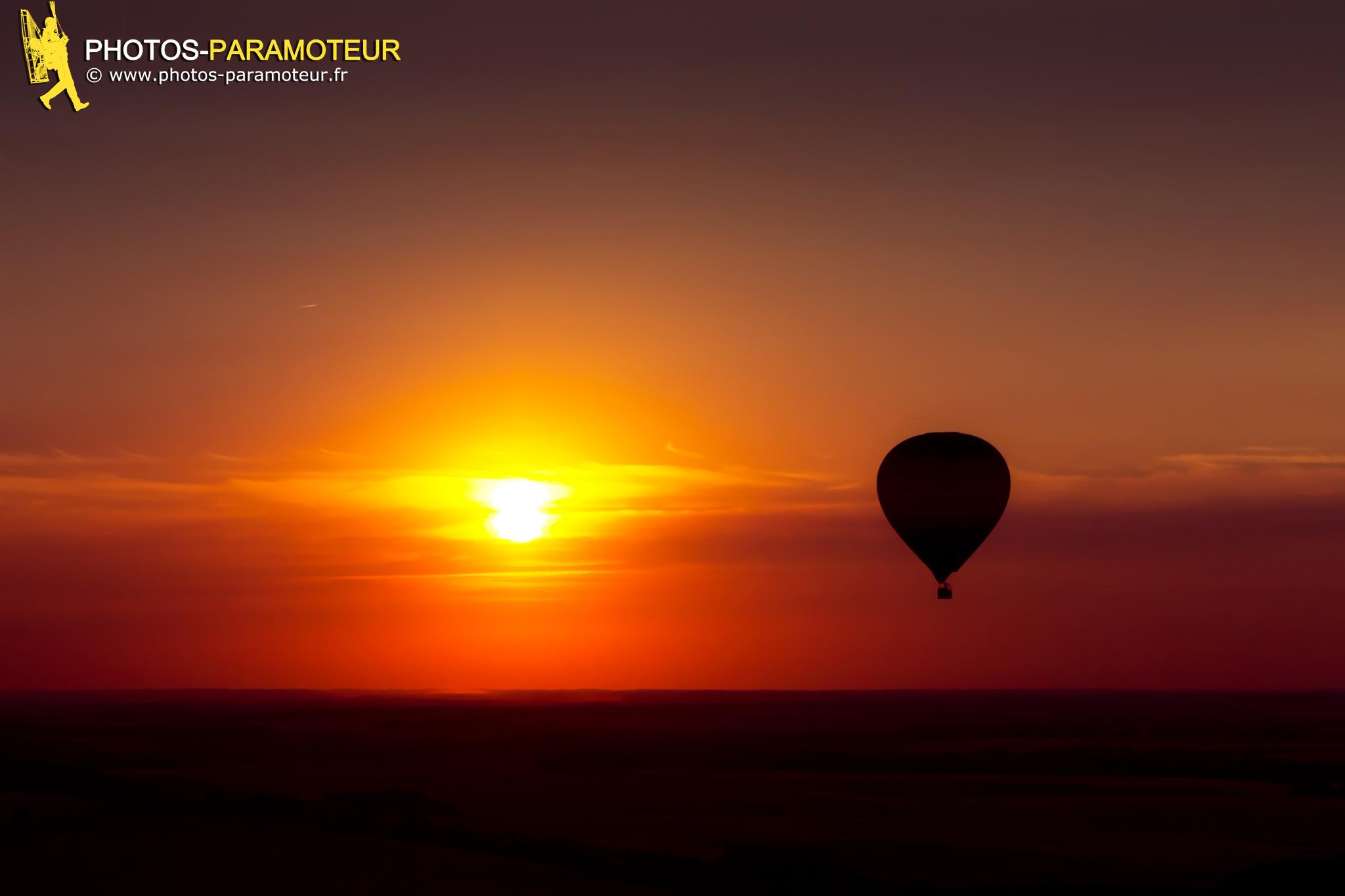 Coucher de soleil montgolfière