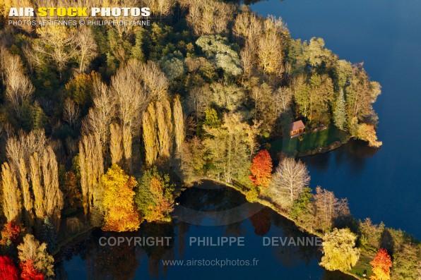 Photo aérienne des étangs de pêche de Malassis sur la commune de Breuillet 91650, au coeur de la vallée de la Remarde,  Essonne,  région ïle de France