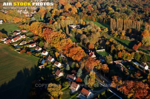 Photo aérienne d'automne du village d' Angervilliers (91470), département de l'Essonne, région Île-de-France.