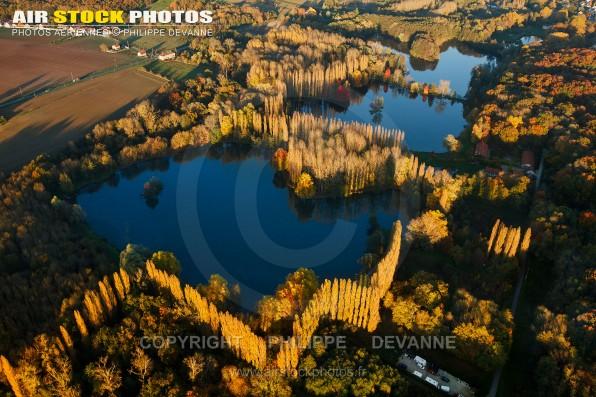 Photo aérienne de l'étang de Malassis en Automne , Breuillet (91650), commune deu pays de l'Hurepoix, département de l'Essonne, région Île-de-France.