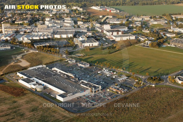 Photographie aérienne du Centre Commercial Hanches le Loreau , commune de Hanches (28130), canton d'Epernon, dans le département d'Eure-et-Loir en Région Centre-Val de Loire, France -  Prise de vue du 15/09/2011