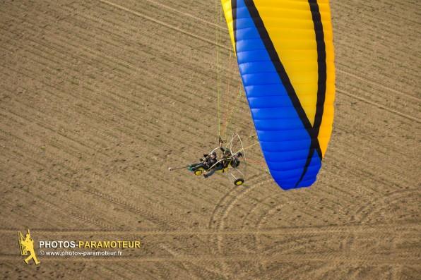 Photo aérienne d'un paramoteur biplace au dessus des champs de Limours (91470) au coeur de l'Hurepoix , département de l'Essonne, région Île-de-France.