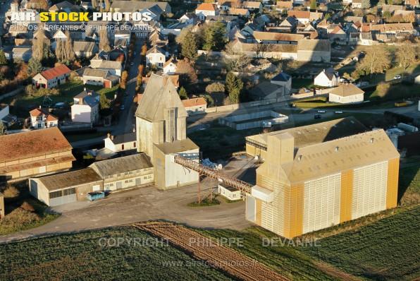 """Photographie aérienne de Sainville (28700), """" le Village """", dans le département d'Eure-et-Loir en Région Centre-Val de Loire, France. Située à 9 km au Sud-Ouest d'Auneau"""
