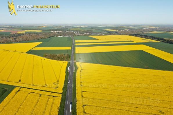 Photographie aérienne des Champs de colza en Beauce , commune Le Gué-de-Longroi (28700), département d'Eure-et-Loir en Région Centre-Val de Loire, France. Prise de vue du 04 mai 2015