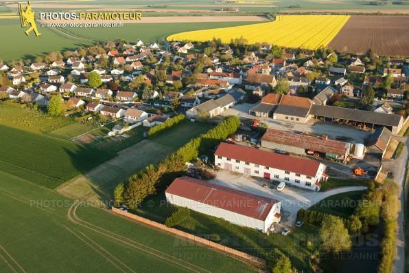 Photographie aérienne de Boinville-le-Gaillard (78660) et des champs de colza , situé dans le sud du département des Yvelines , région Île-de-France, France. Commune de la Beauce naturelle limitrophe de Ablis.  Prise de vue 04/05/2016