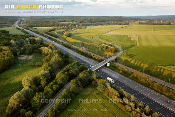Photo aérienne de l'autoroute A10 Aquitaine, entre Saint-Cyr-sous-Dourdan et Longevilliers (78349) , département des Yvelines, région Île-de-France. Commune du Parc naturel de la haute vallée de Chevreuse.
