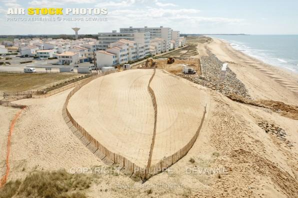 Photo aérienne reconstruction et travaux de consolidation de la digue de la plage des Mouettes, les Marines à Saint-Hilaire-de-Riez (85270) , département de la Vendée; région Pays de la Loire, France. Prise de vue du 21 avril 2016