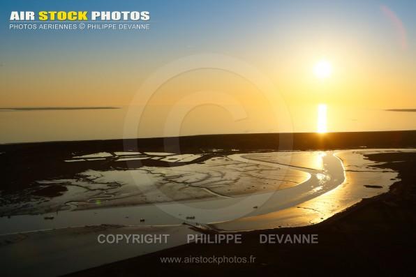 Photographie aérienne couché de soleil sur le Lay à La Faute-sur-Mer et l'Aiguillon-sur-Mer (85460) , vue du  Marais Poitevin en Vendée (85) en région Pays de la Loire Atlantique, France. Prise de vue d'avril 2017
