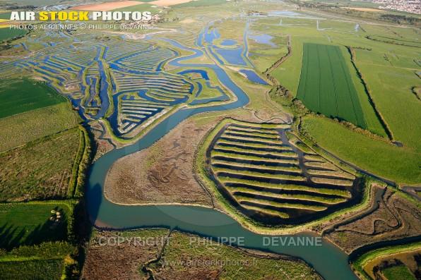Photographie aérienne des Marais salants de Talmont-Saint-Hilaire (85440) et du veillon , département de la Vendée; région Pays de la Loire, France. Prise de vu d'avril 21017