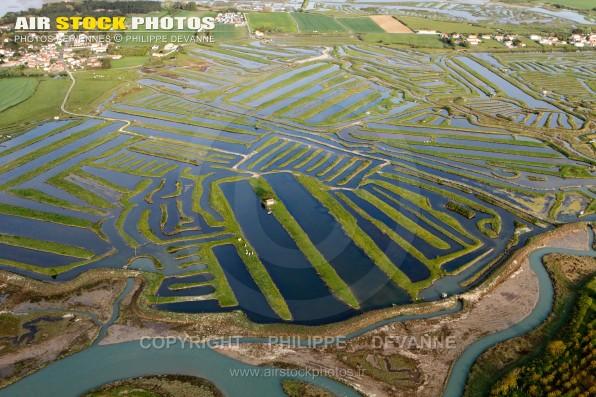 Photographie aérienne des Marais  salants du veillon , sur la commune Talmont-Saint-Hilaire (85440) , département de la Vendée; région Pays de la Loire, France. Prise de vue d'avril 21017