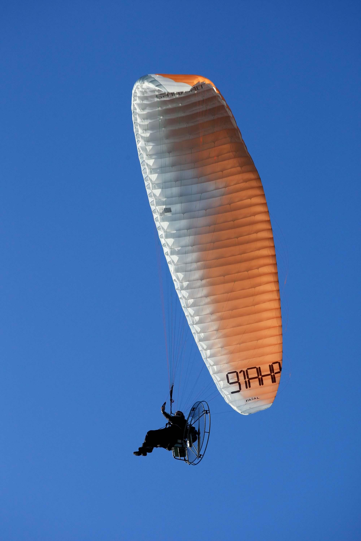 Paramoteur sur ciel bleu