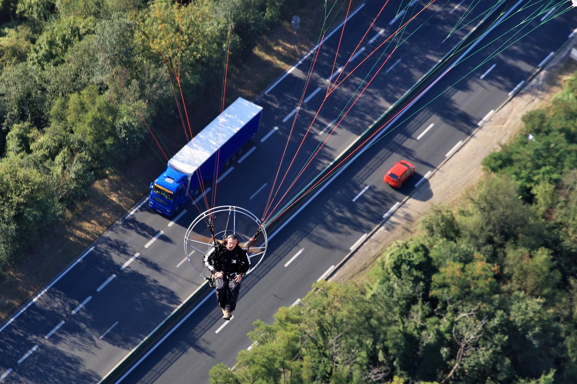ULM Paramoteur survolant la route national 20