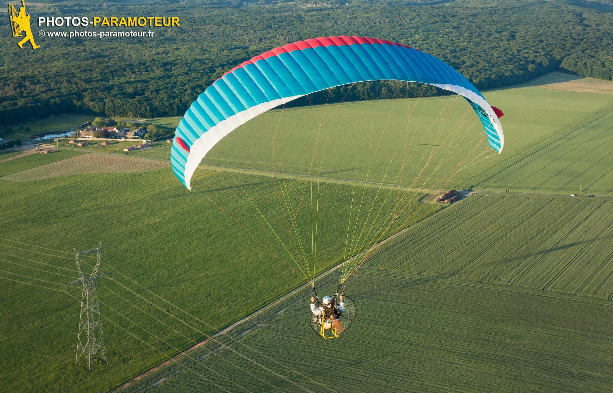 Parapente motorisé en vol au dessus de Saint-Chéron 91 , Essonne, France