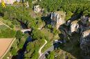 Vue aérienne des grottes de Saint-Moré dans le département de l'Yonne en Bourgogne, France