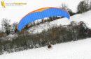 Vue aérienne du paramoteur survolant les champs en hiver en Ile-de-France