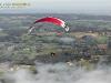 Paramoteur en vol au dessus de la Brume