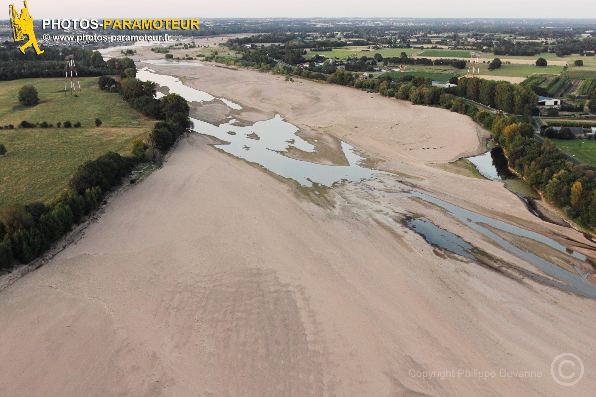 La Loire asséchée vue du ciel entre Ancenis et Varades